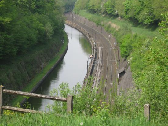vue sur le canal et l'entrés du tunnel