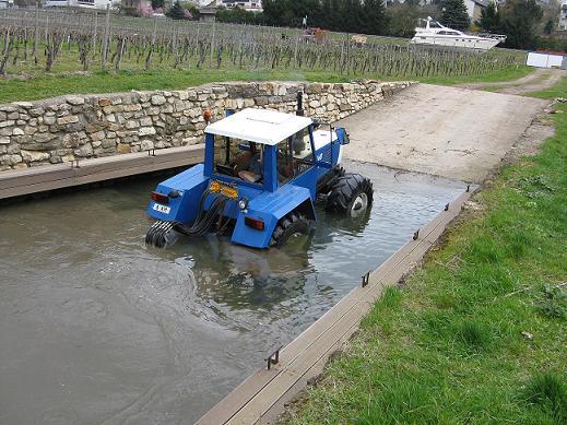 lentement le tracteur remonte au sec