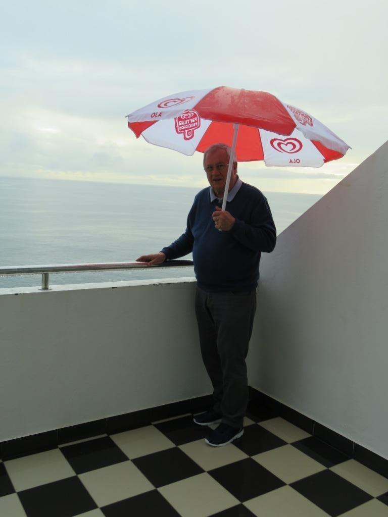Notre parasol de fortune contre la pluie.