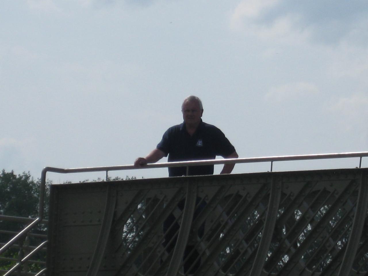 Georg admire la vue d'en haut