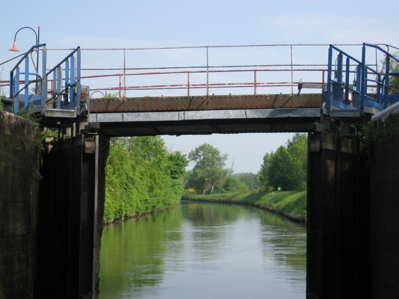 passage OK sous un pont d'écluse