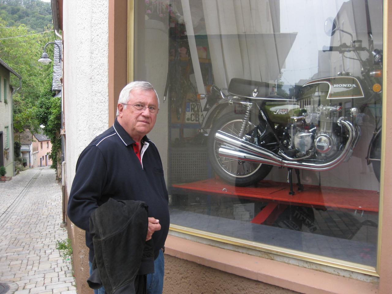 GEORG EN ADMIRATION DEVANT UNE MOTO